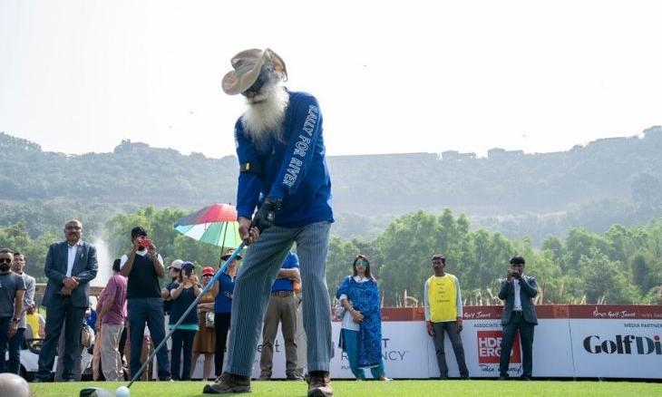 IshaVidhya-GolfJaunt-2019-Sadhguru-Playing-Golf